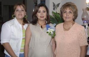 <u><b> 29 de mayo </u> </b><p> Nora Leticia González de Lozada en compañia de Lety Mendoza de González y Analia González, anfitrionas de su fiesta de regalos.