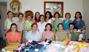 María Dolores Canales de Barrida, en compañia de las invitadas a su fiesta de regalos.