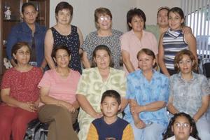 Elsa Rojas de Silva, acompañada de algunas invitadas a su fiesta de cumpleaños.