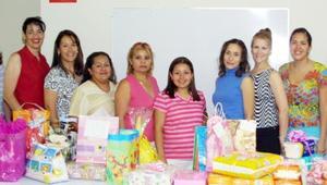 Karla Janeth García de López, acompañada de algunas de las asistentes a su fiesta de regalos.