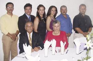 Luciano Anett y María de Jesús Martínez en compañía de sus hijos José Ramón, Juan Ricardo, Ángeles, Blanca, Mauro y Alberto Anettn Martínez, captados en pasado festejo familiar.