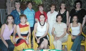 Michelle Monárrez Martínez en compañia de las damas que integran el Grupo de los Viernes, en la despedida de soltera que leofrecieron por su próxima boda.