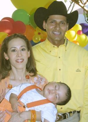 Manuel Moreno Ávalos acompañado de sus papás, Fernanado moreno Aldaba y Ana Ávalos de Moreno, en el festejo que le organizaron por su cumpleaños.