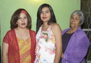 Érika Judith Rorres Zapata acompañada de  Dora Elia Hernández y Claudia Viridiana Moreno, en su despedida de soltera.