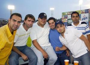 Alberto Blanco, José León, Juan Carlos Pamanes, Alberto Mora, José Estrada y Roberto Barrios se deleitaron con el partido entre Vaqueros Laguna y Toros de Tijuana.