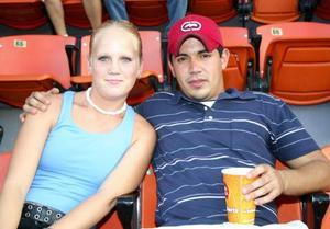 Lindsay Goodman y Roberto Valdepeñas, asistieron por primera vez al Estadio Revolución para vivir el beisbol de cerca.