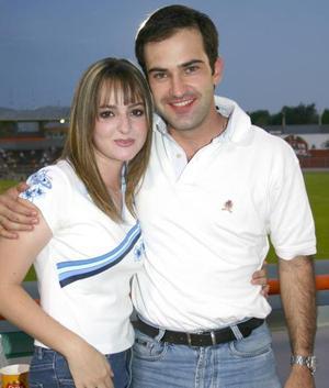 Ricardo Solana y Maty Espada gozaron de la fiesta en el Estadio y apoyaron al equipo lagunero, Vaqueros Laguna.