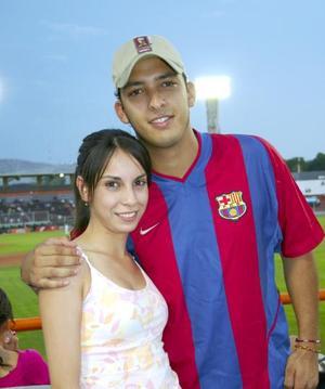 Ana Karla Marín y Lic. García Araluce comparten su amor por el beisbol.