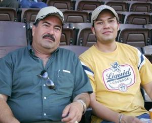 Cada apasionado del deporte se divierte a su manera; Óscar Alvarado observa del beisbol en compaña de su hijo Karin Alvarado; Óscar apoya al equipo de casa y dice que es un buen espectáculo.