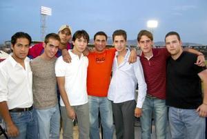Los laguneros Alfredo, Carlos, Arturo, Andrés, Rodolfo, Juan, Chato y Jorge platicaban y discutían sobre las jugadas de ambos equipo.