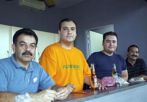 Armando Morales observaba el juego acompañado de sus amigos,  Juan Gerardo Hernández, Francisco Lozano y Francisco Téllez.