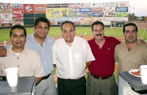 El ambiente  se vivió a lo grande, algunos aficionados como el Ing. Gerardo de Santiago, Lic. Manrique Uribe, Sergio Beristain y Guillermo Manning asistieron al lugar para disfrutar del juego.