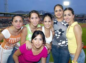 La afición lagunera disfrutó  la serie de Vaqueros Laguna  contra Toros de Tijuana en el estadio Revolución. Martha Jaidar, Sonia García, Lilia Reyes, Chelito Macías, Liliana Suárez y Vanessa Gidi comparten la pasión por el beisbol.