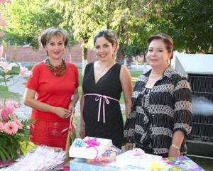 Fungieron como anfitrionas, las señoras Magaly G. de Necochea y María de la Paz C. de Ovejero.