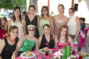 Alejandra Sánchez de Nechochea, en compañía de sus amigas.