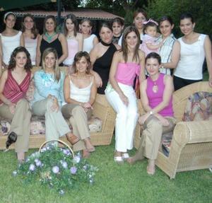 Astrid Alatorre de Arena acompañada de sus amigas, en la fiesta de regalos que le ofrecieron por el próximo nacimiento de su bebé.