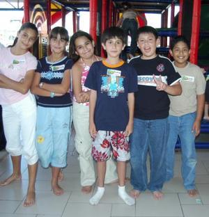 Brahim Chaib Lozano acompañado de sus amigos, en la fiesta que le organizaron sus papás en días pasados por su cumpleaños.