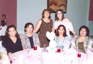Georgina Solorio de Olazábal, acompañada de algunas invitadas a su fiesta de regalos.