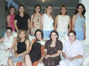 María Fernanda Aguilar de Lozano, en compañía de algunas invitadas a su fiesta de regalos.