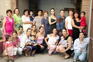 Montserrat Salas García, acompañada de algunas de las invitadas a su despedida de soltera.