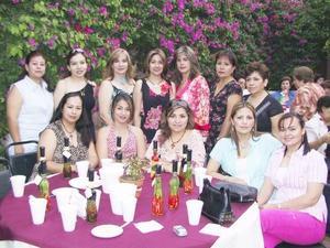 Raquel Cicero Medina acompañada de algunas asistentes a su despedida de soltera.