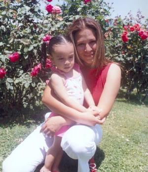 María Fernanda Ramos Sánchez, acompañada de su mamá Claudia Sánchez Acosta.