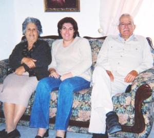 <u><b> 30 de mayo </u> </b><p>  Sr. Julio Ibarra García y Sra. Araceli Treviño de Ibarra celebraron en días pasados su 50 aniversario de bodas de oro matrimoniales, con un festejo acompañados por su sobrina Aurora Treviño de Saldaña y demás familiares.