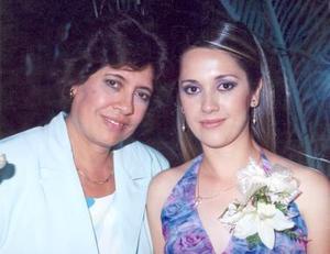 Gabriela Salcido Moreno con su mamá Marisela Salcido de Moreno, en su despedida de soltera realizada recientemente.