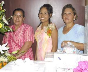 Heidi Consuelo Villareal Espinoza acompañada de Estela Piedra de Alvarado e Hilda Espinoza de Villa, en su despedida de soltera.