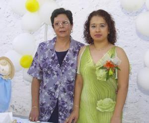 Liseth Herrera Rubio acompañada de Maura de Rodríguez, en su despedida de soltera.