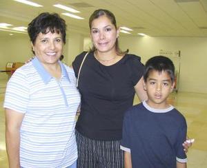 <u><b> 31 de mayo </u> </b><p>  Irma Limones de Lozano llegó de Ciudad Juárez y fue recibida por Maricela y Cristian.