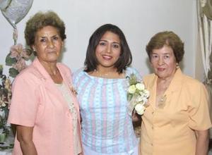 Mónica Margarita Guerrero acompañada de las anfitrionas de su fiesta de despedida, Antonia Orona Romero y Carmen Flores Guzmán.