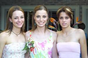 <u><b> 31 de mayo </u> </b><p>  Roberta Batarse Moore en su despedida de soltera, acompañada por Bárbara Segura Moore y Bessie Batarse Moore.