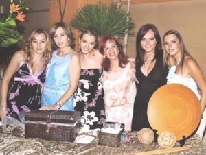 Karla en compañia Carmiña Salazar, Carmiña Fernández de Salazar, Margarita Villarreal, Julia Salazar y Kattia Villarreal.