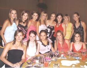 <u><b> 31 de mayo </u> </b><p>  La festejada Karla M. Villarreal acompañada de sus amigas.