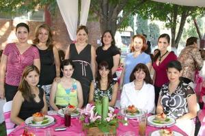 <u><b> 01 de Junio </u> </b><p>  Damas asistentes a la fiesta de canastilla que se le ofreció a la señora Alejandra de Necochea, la cual tuvo lugar rn los jardines del Parque España.