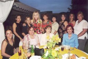 Carmen  María Cázarez Méndez, acompañada de algunas de las invitadas a su primera despedida de soltera.