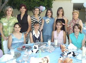 La festejada en compañía de sus amigas en su fiesta de canastilla.