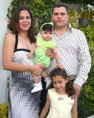 <u><b> 01 de Junio </u> </b><p> Fernando Sáenz Arreola y Ruth Cortés de Sáenz, acompañados de sus hijas María Fernanda y Daniela Sáenz Cortés, en pasado festejo social.