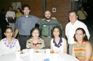 Marilú Zarzar, Tere de Reza, Ana María Ch. de Zarzar, Chelo de Jaik, Miguel Zarzar y los sacerdotes Luis Orozco y Ramón (Fotografía de Julio Hernández).