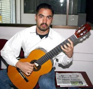 <u><b> 02 de Junio </u> </b><p>  Jorge Alberto Carmona  y su guitarra clásica.