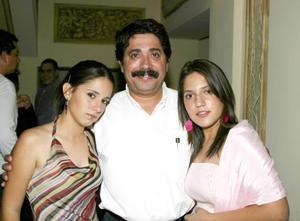 Ricardo Garrido y sus hijas Marijose y Laura.