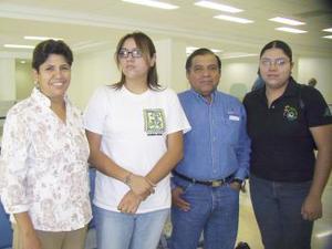 Enrique Huízar viajó a Veracruz y fue despedido por Yolanda, Emily y Yazmín Huízar.