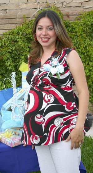Adriana Muñoz de Pichardo recibió sinceras felicictaciones, en la fiesta de regalos que le ofrecieron el bebé que espera.