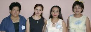 <u><b> 03 de Junio </u> </b><p>  María Antonieta Medina de González acompañada de Ángeles Hernández y Lorena y Érika González, organizadoras de su fiesta de regalos.