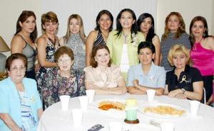 Coco Valdez Cabrera, en compañía de algunas invitadas a su despedida de soltera.