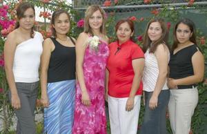 Karla Edith Reyes Rodríguez acompañada por sus amigas, en su despedida de soltera.