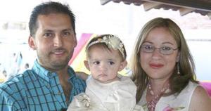 Ivanna Stefania Contreras González acompañada de sus papás, René Contreras Luna e Irma de Contreras, en su fiesta de cumpleaños.