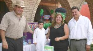 Ricardo Antonio MArtínez Rivera en compañía de sus papás, Ricardo MArtínez y Cecilia Rivera, en la fiesta de cumpleaños que le organizaron en días pasados.