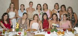 Bárbara Colliere acompañada de un grupo de amigas en su festejo.